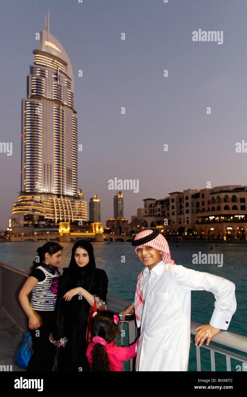 Arabian i bambini di fronte all'indirizzo Hotel 5 Stelle vicino a Burj Khalifa di Dubai e Centro commerciale Immagini Stock