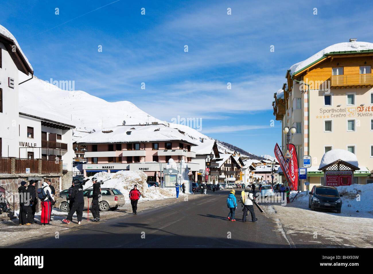 Strada principale nel centro del resort, Passo Tonale, Trentino, Italia Immagini Stock