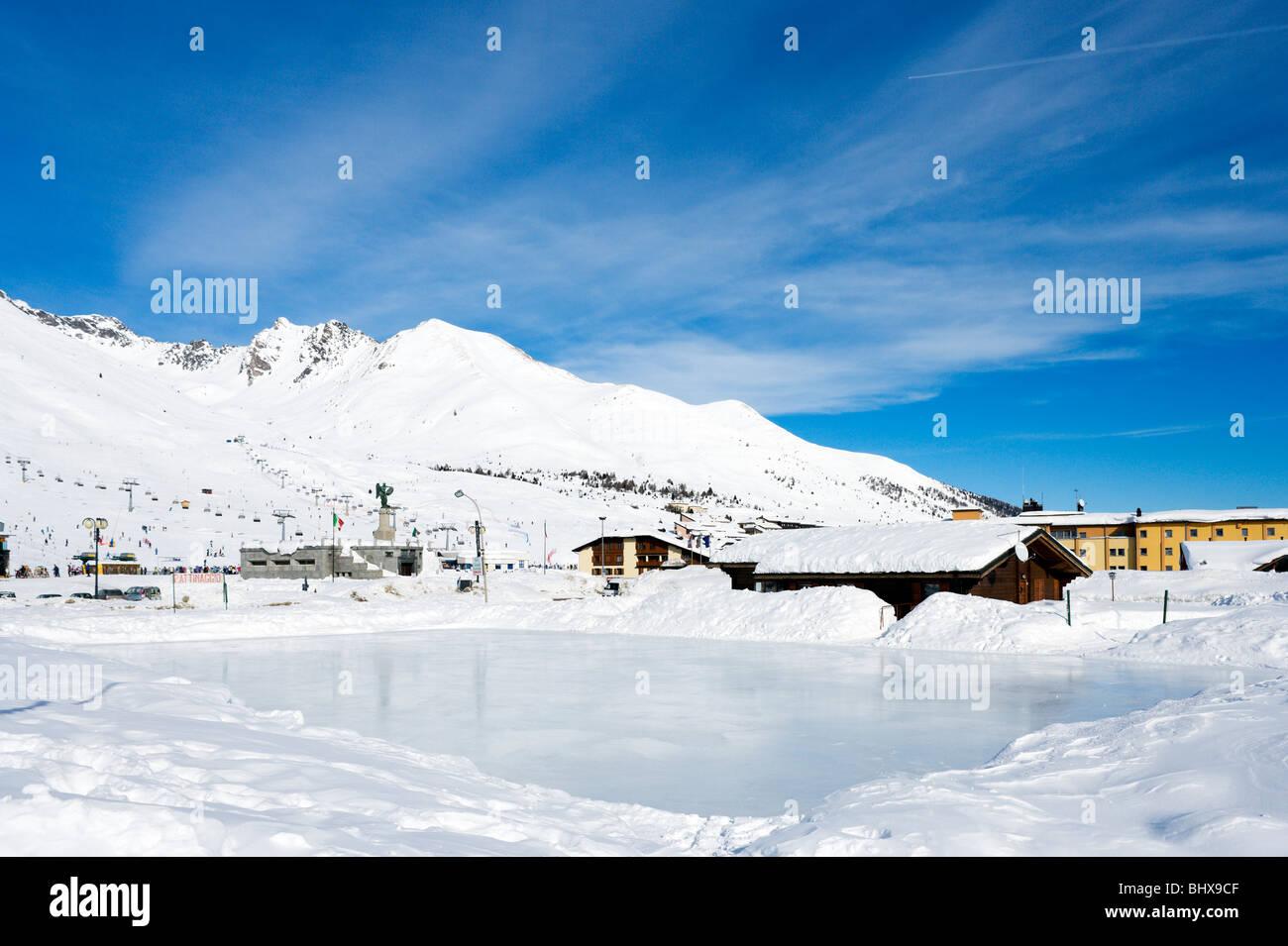 Vista sulla pista di pattinaggio su ghiaccio verso il centro del resort, Passo Tonale, Trentino, Italia Immagini Stock