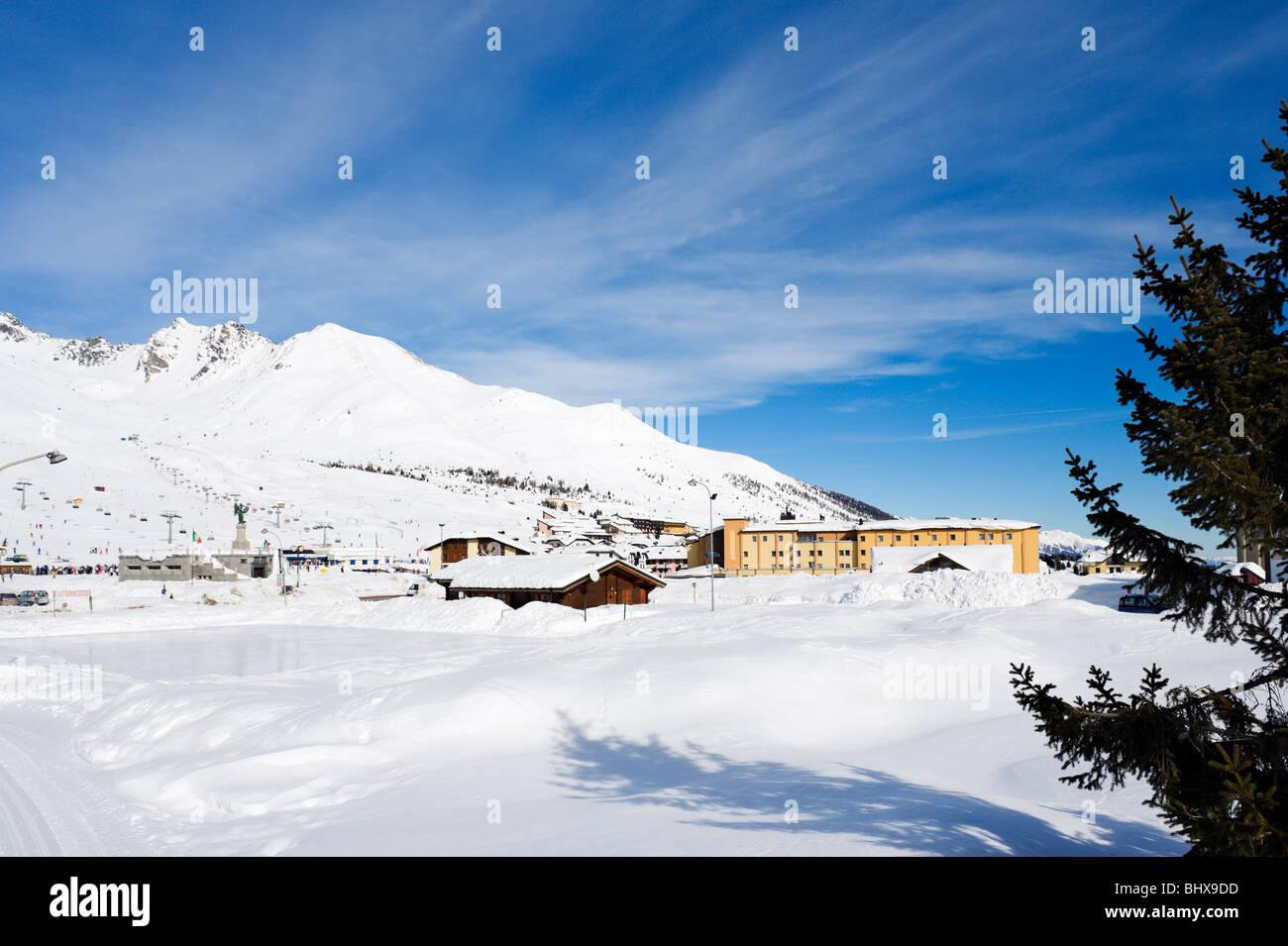 Vista sulla pista di pattinaggio su ghiaccio verso il centro del resort, Passo Tonale, Trentino, Italia Foto Stock