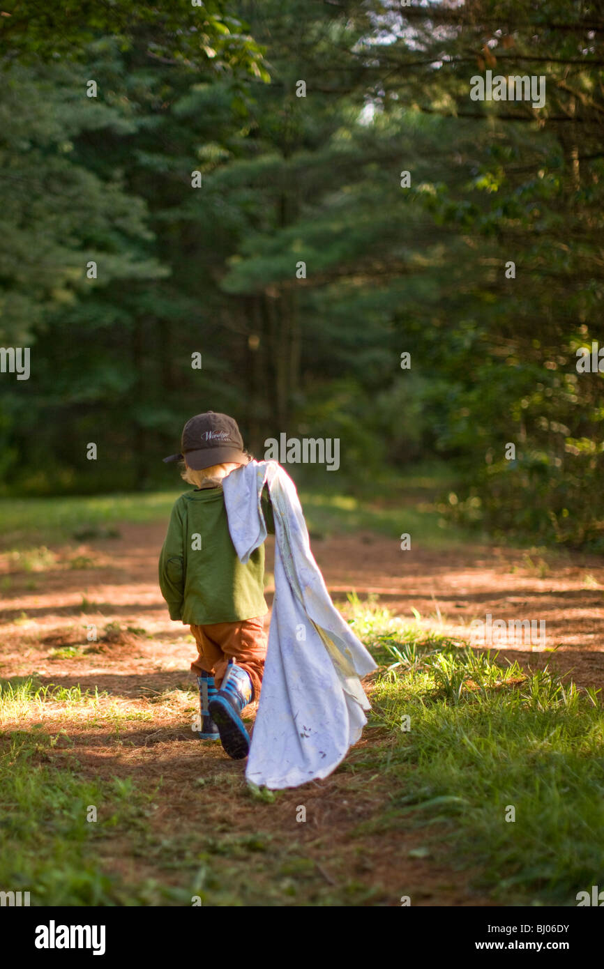 Ragazzo che trasportano una coperta di boschi. Immagini Stock