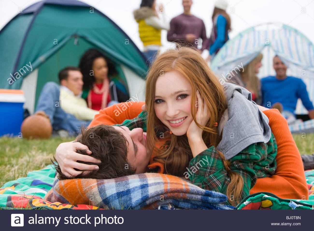 Coppia romantica camping e partecipando a festival all'aperto Immagini Stock