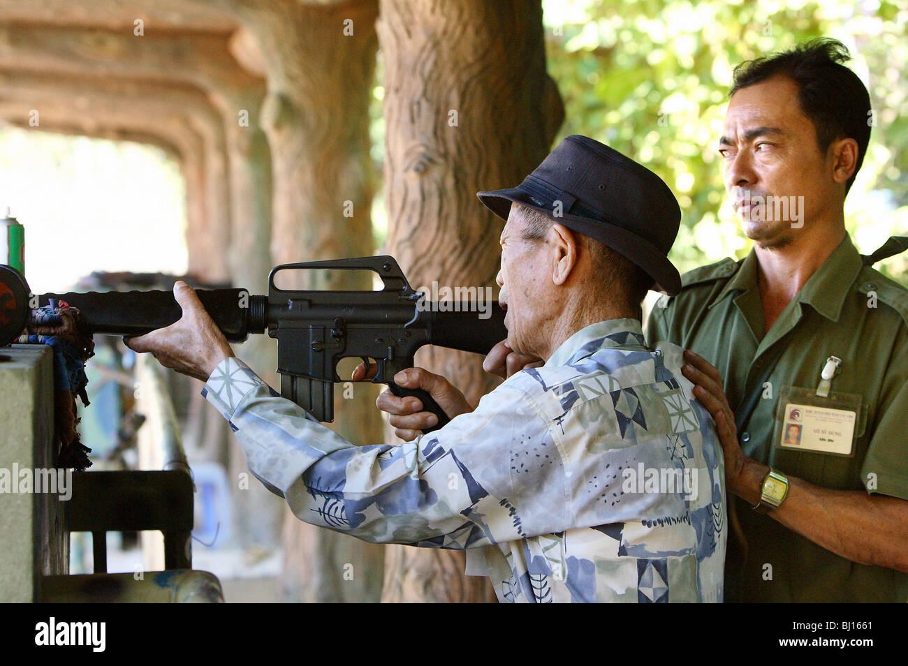 Presso il poligono di tiro di residuati bellici Museum, Cu Chi, Vietnam Immagini Stock