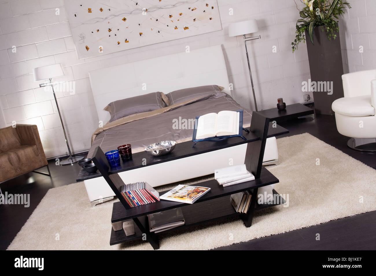 Queen bed immagini queen bed fotos stock alamy