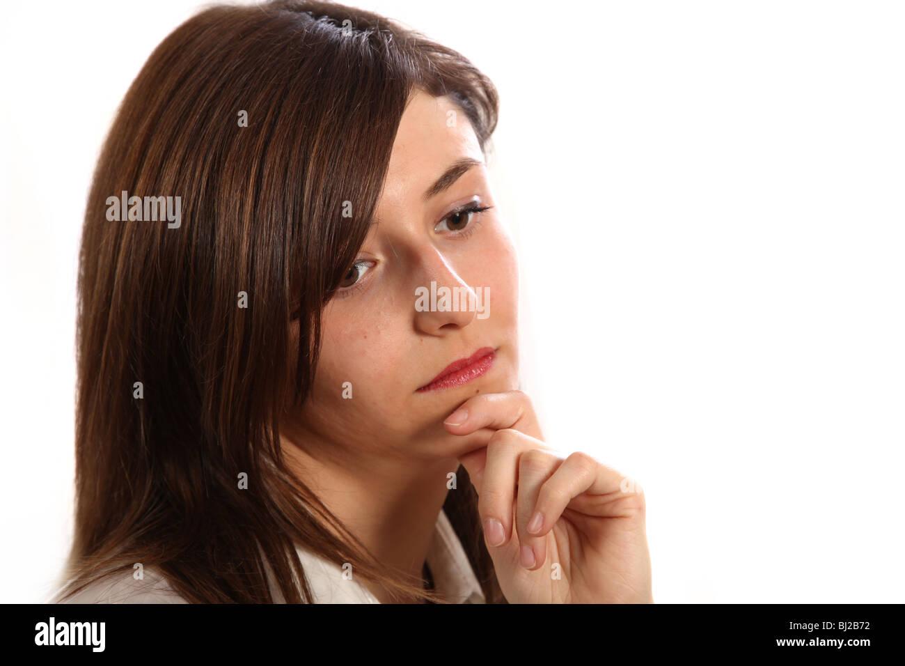 Giovane donna triste che sembra triste e depresso per il pavimento. Immagini Stock