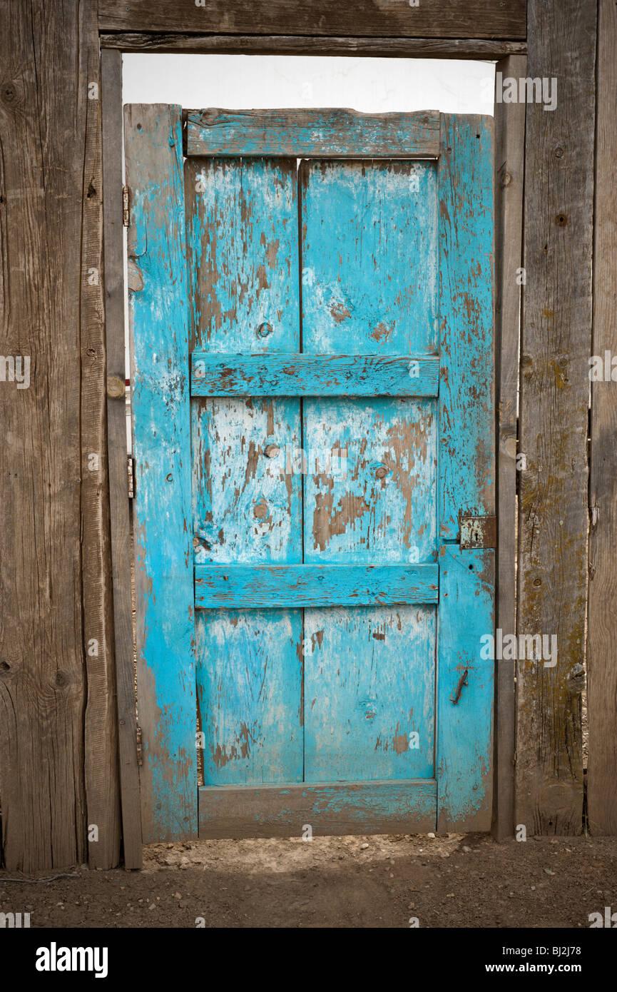 Una vecchia porta blu trovati in Billy the Kid's wild west town di Lincoln, Nuovo Messico. Immagini Stock