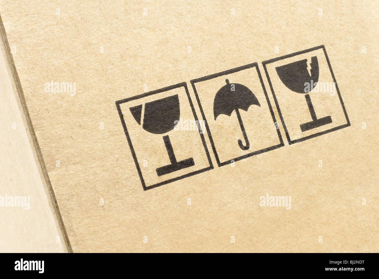 Close up di cautela simboli stampati sulla confezione di cartone Immagini Stock