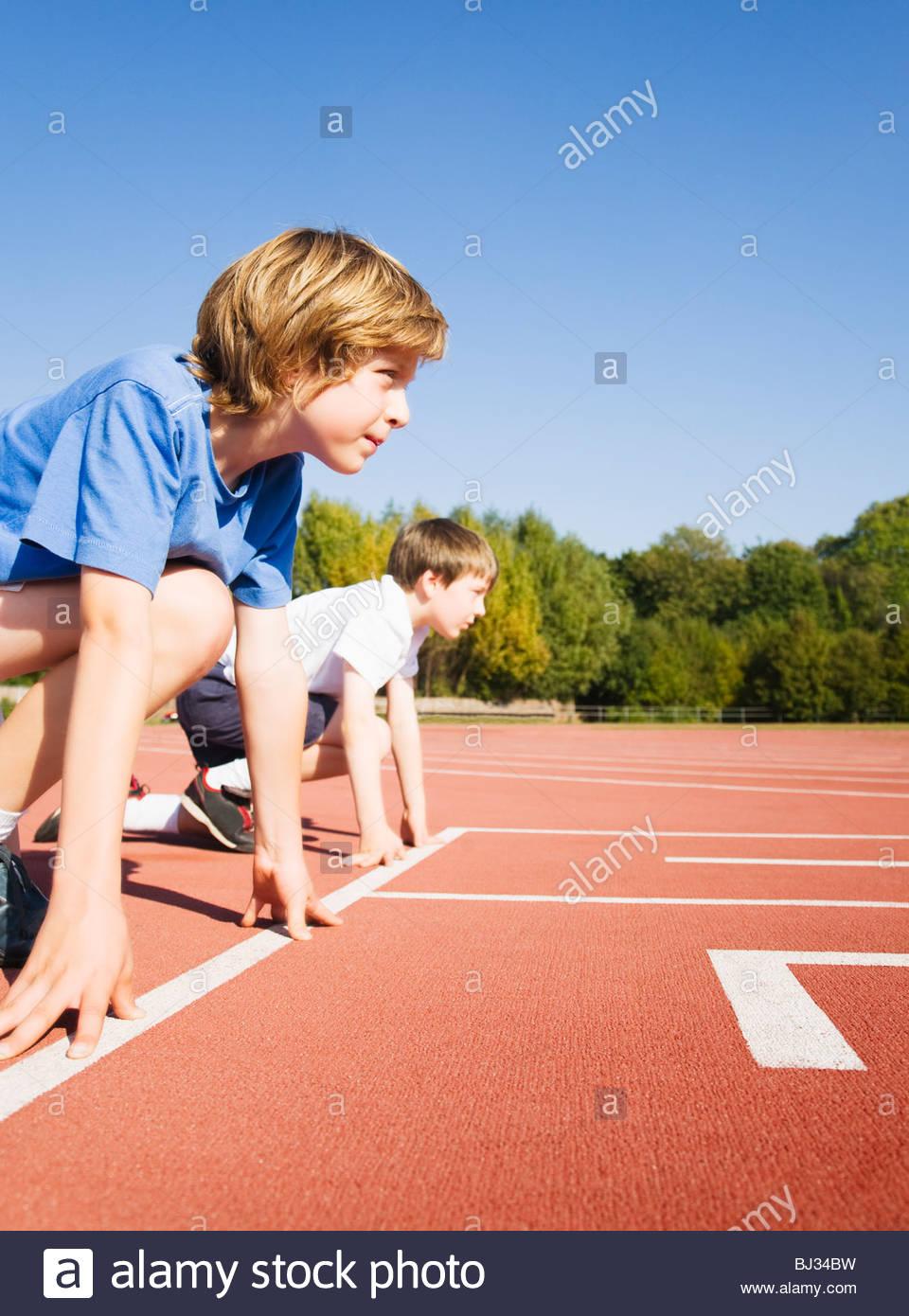 Ragazzi a Race Track posizione di avviamento Immagini Stock