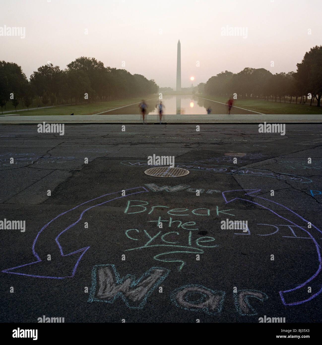 Anti-graffiti di guerra scritto in una circolare chalk grafica sul percorso nella parte anteriore del Lincoln Memorial Immagini Stock