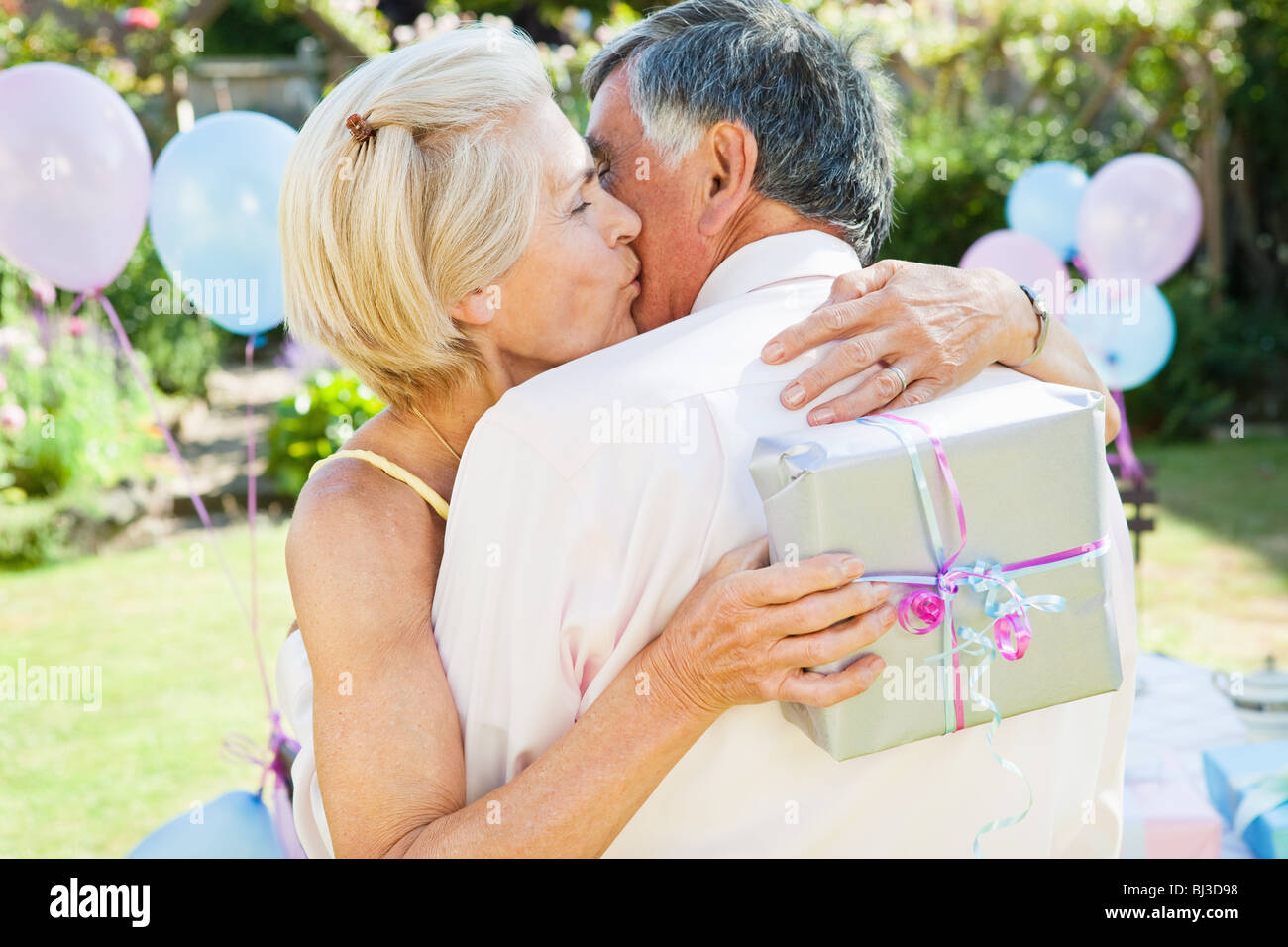 Donna matura baci uomo maturo. Immagini Stock
