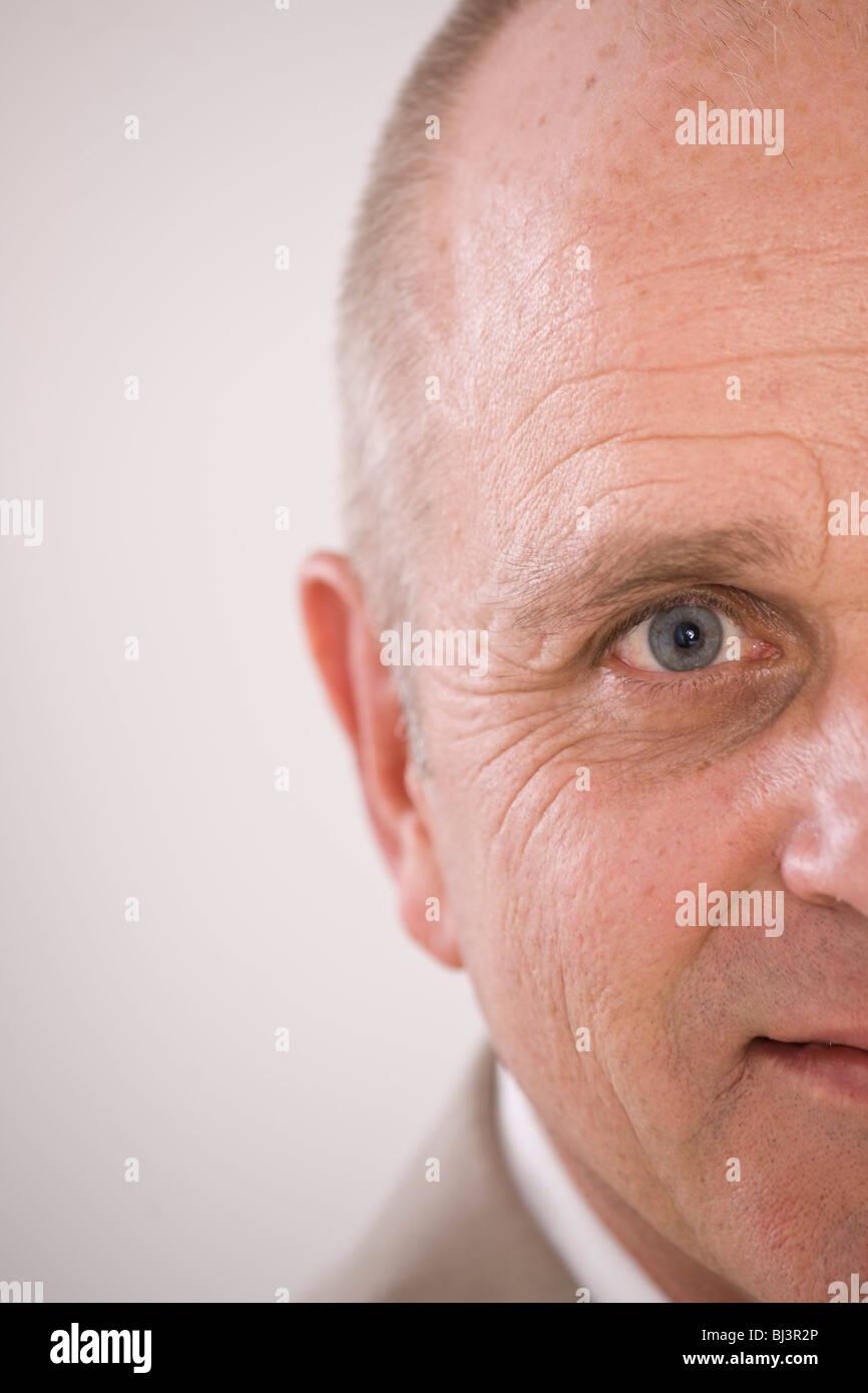Uomo sorridente con calvizie frontale Immagini Stock