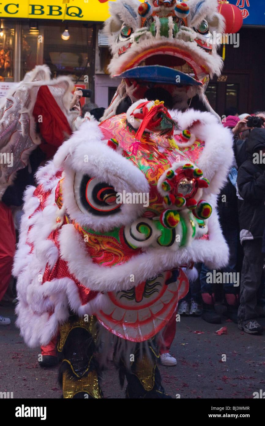 Anno Nuovo Cinese. Due leoni eseguire una danza a Chinatown. Immagini Stock