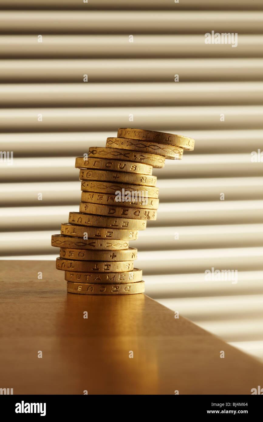 Pila di libbra di monete sul bordo del tavolo Immagini Stock