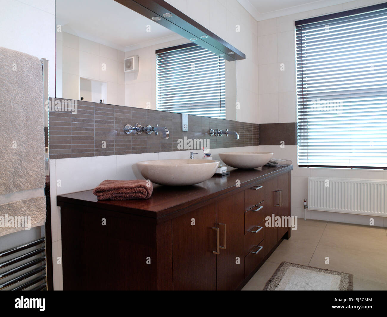 Moderne stanze da bagno piastrellate di bianco e marrone di
