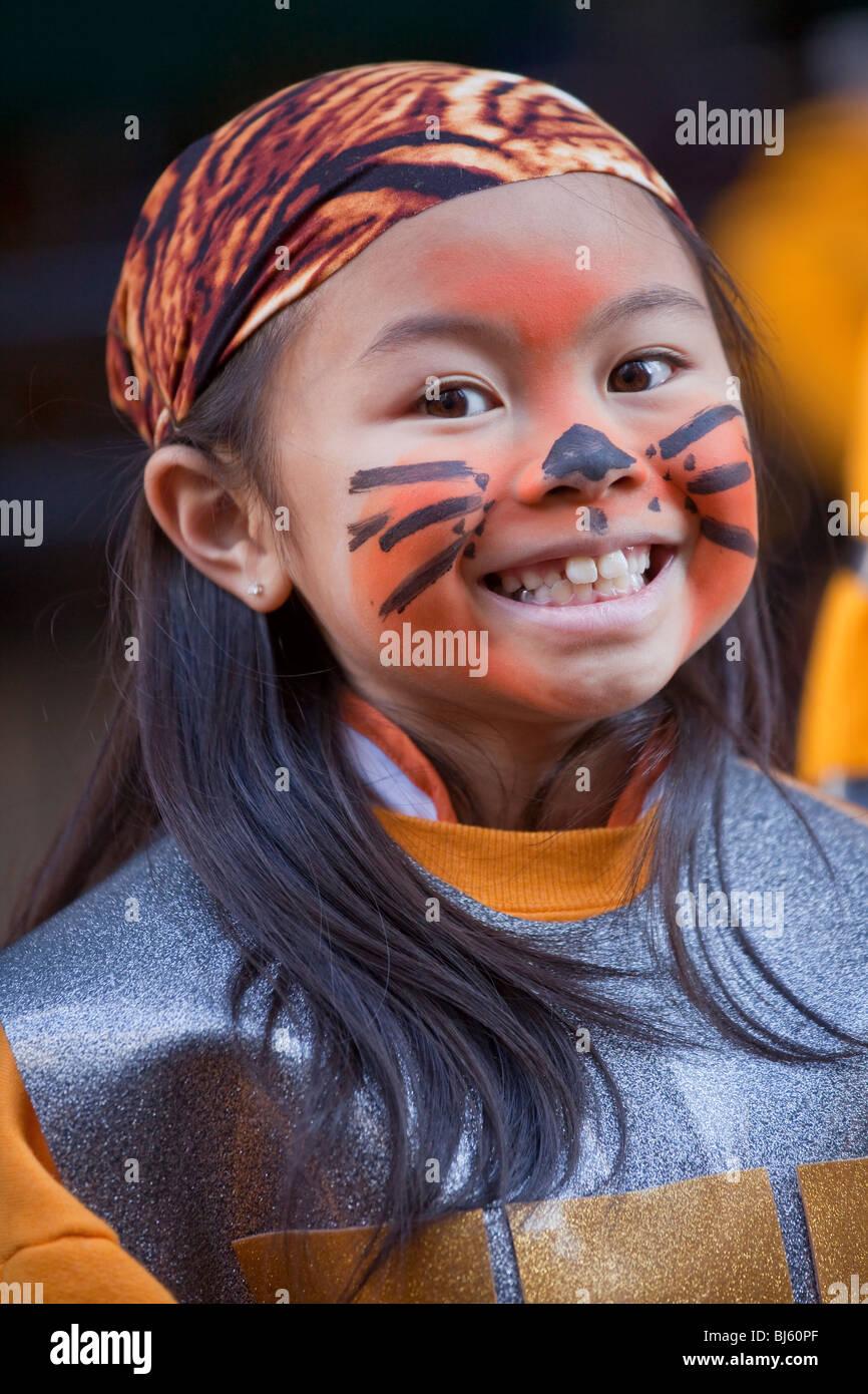 Ragazza cinese in costume di tiger, bandana e faccia la vernice per il Nuovo Anno Cinese Parade di San Francisco, Immagini Stock