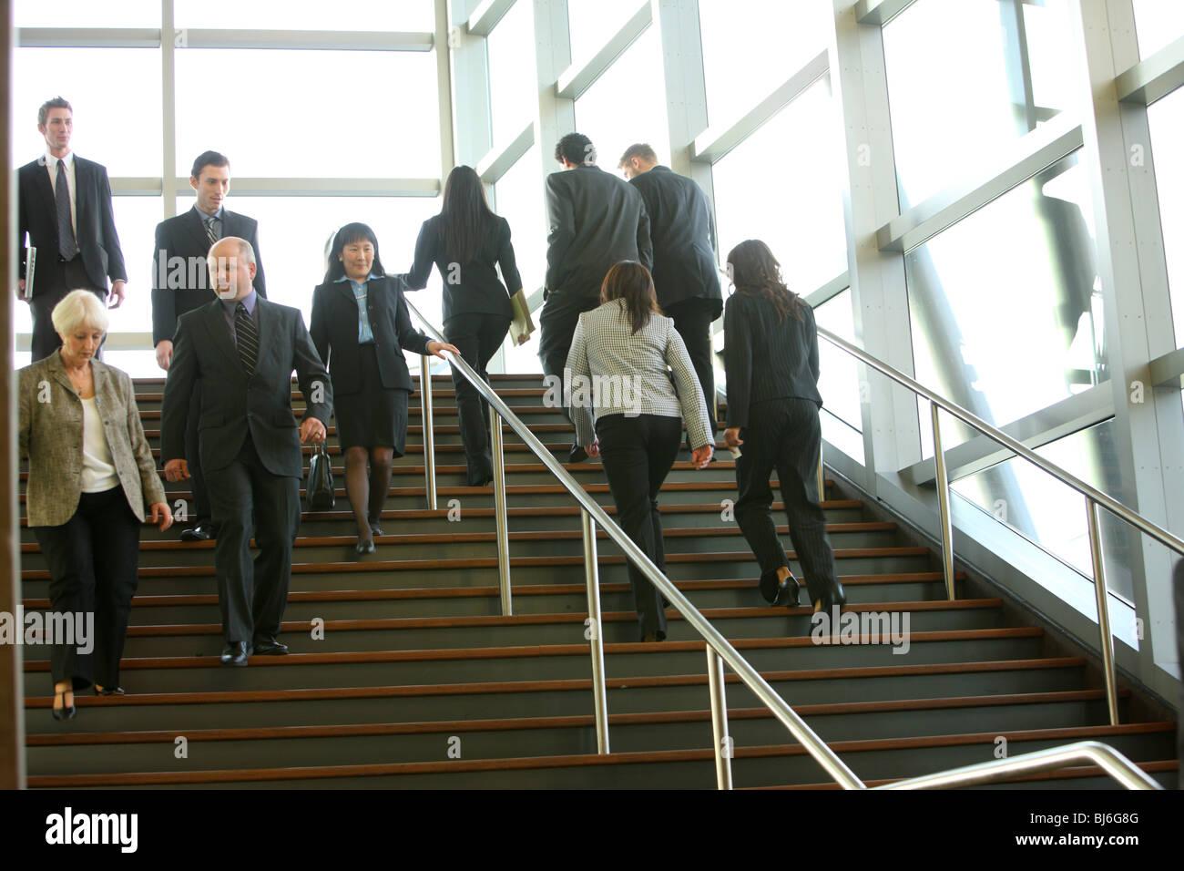 Gli imprenditori a piedi sui gradini Immagini Stock