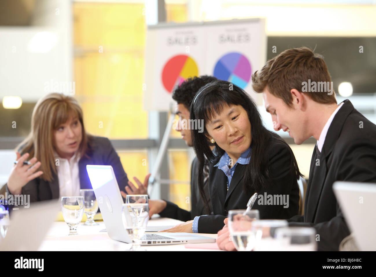 La gente di affari in board camera riunione Immagini Stock
