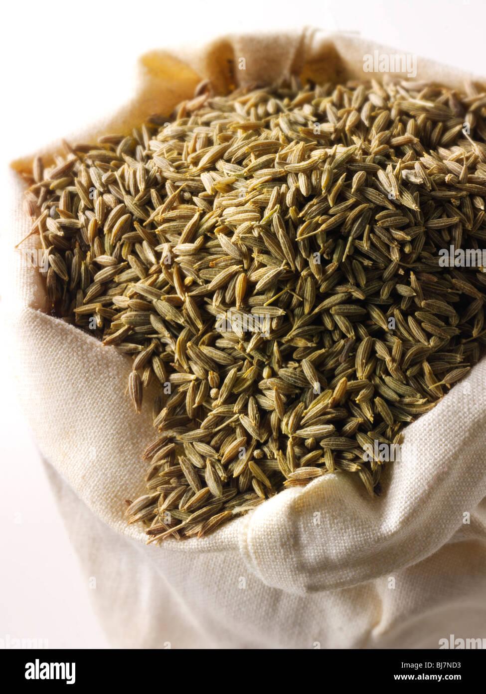 Tutta la semi di cumino in un sacco di spezie in borsa Immagini Stock