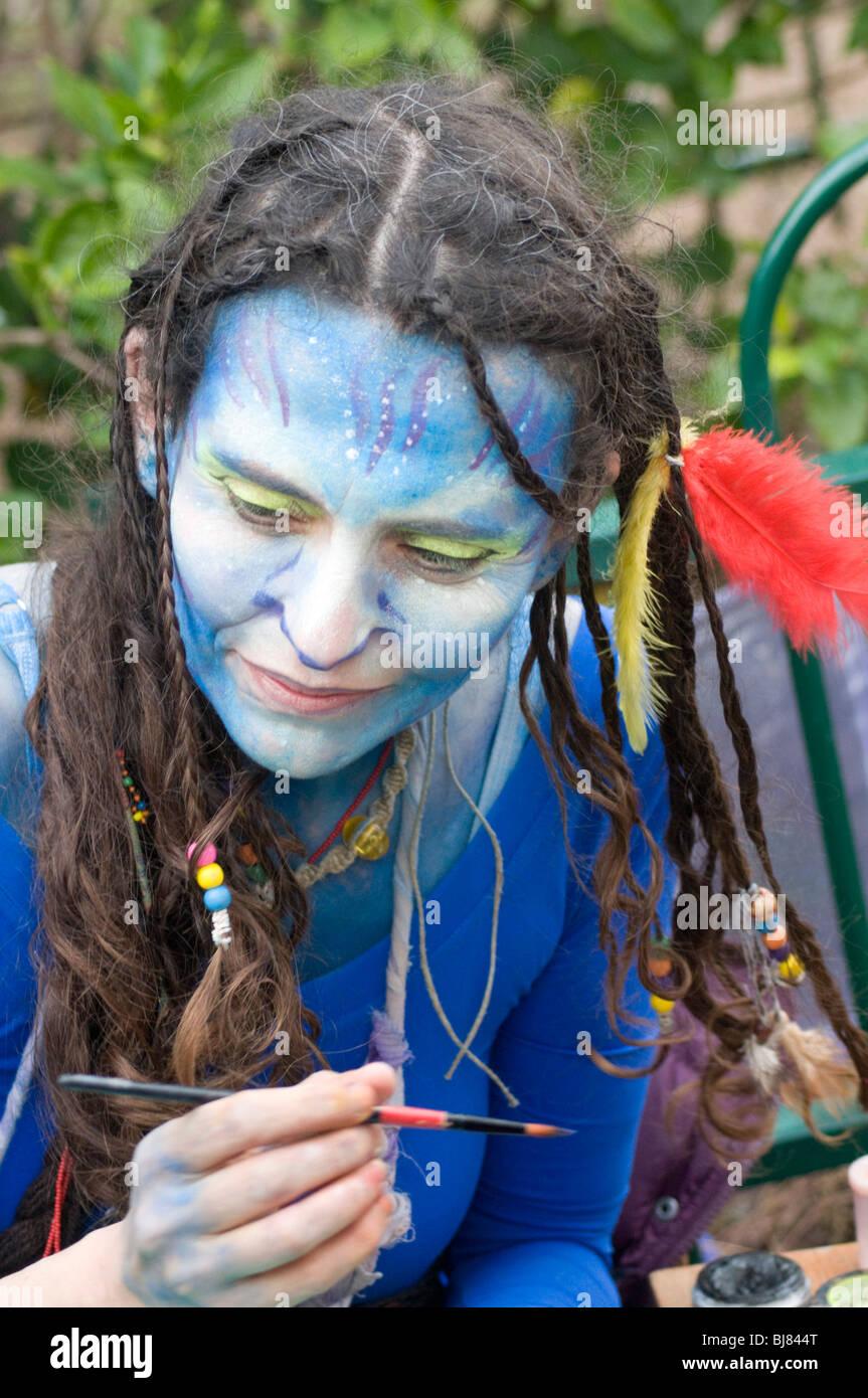 La donna in un costume di Neytiri (a Na'vi) dal 2009 film Avatar Immagini Stock
