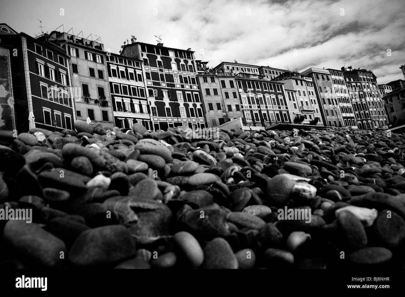 In Italia, la Liguria. Camogli. Spiaggia con pietre Immagini Stock