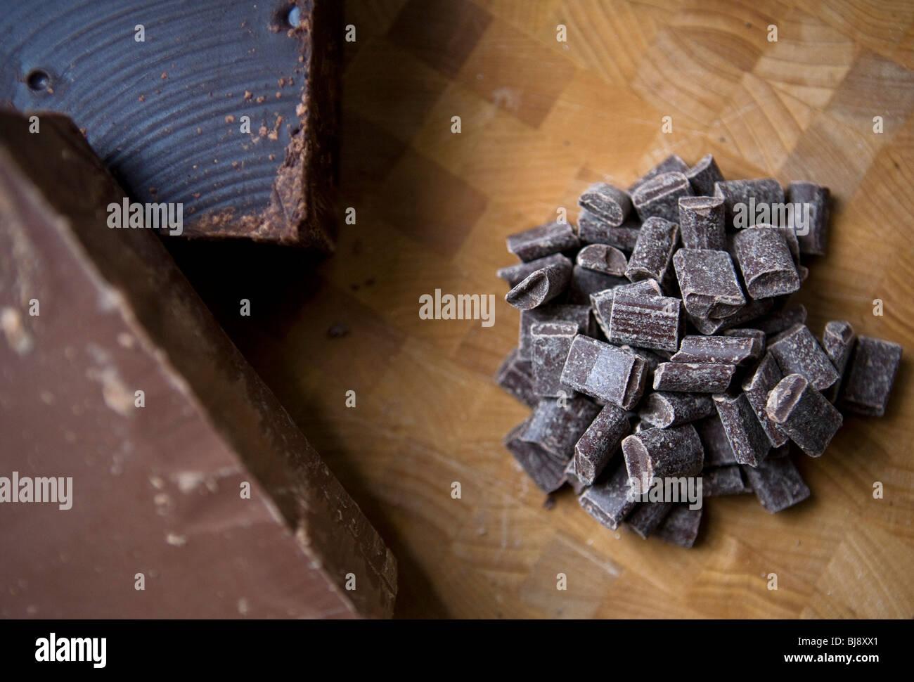 Cioccolato fondente e al latte in trucioli e blocchi. Immagini Stock