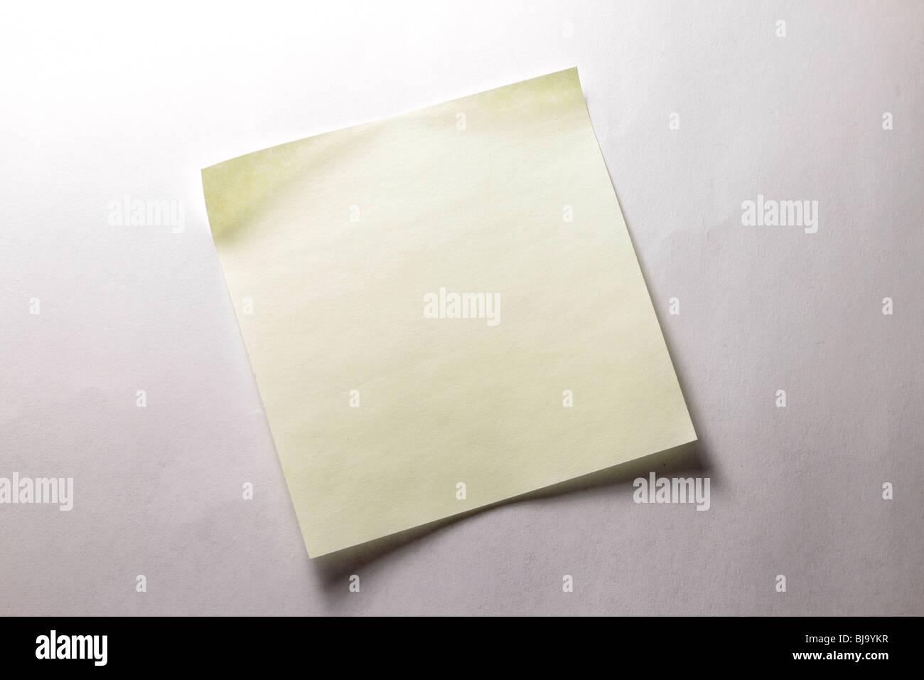 Nota adesiva sulla superficie piana Immagini Stock