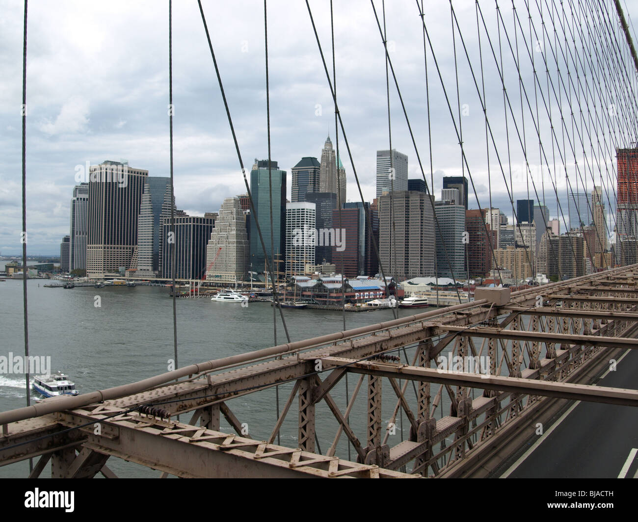 Il Ponte di Brooklyn a New York skyline. Vista dalla passerella ...