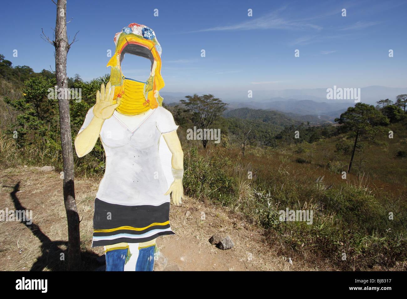 Una vita in legno a dimensioni tagliati da una minoranza etnica donna, utilizzato come una foto op sulla strada Immagini Stock