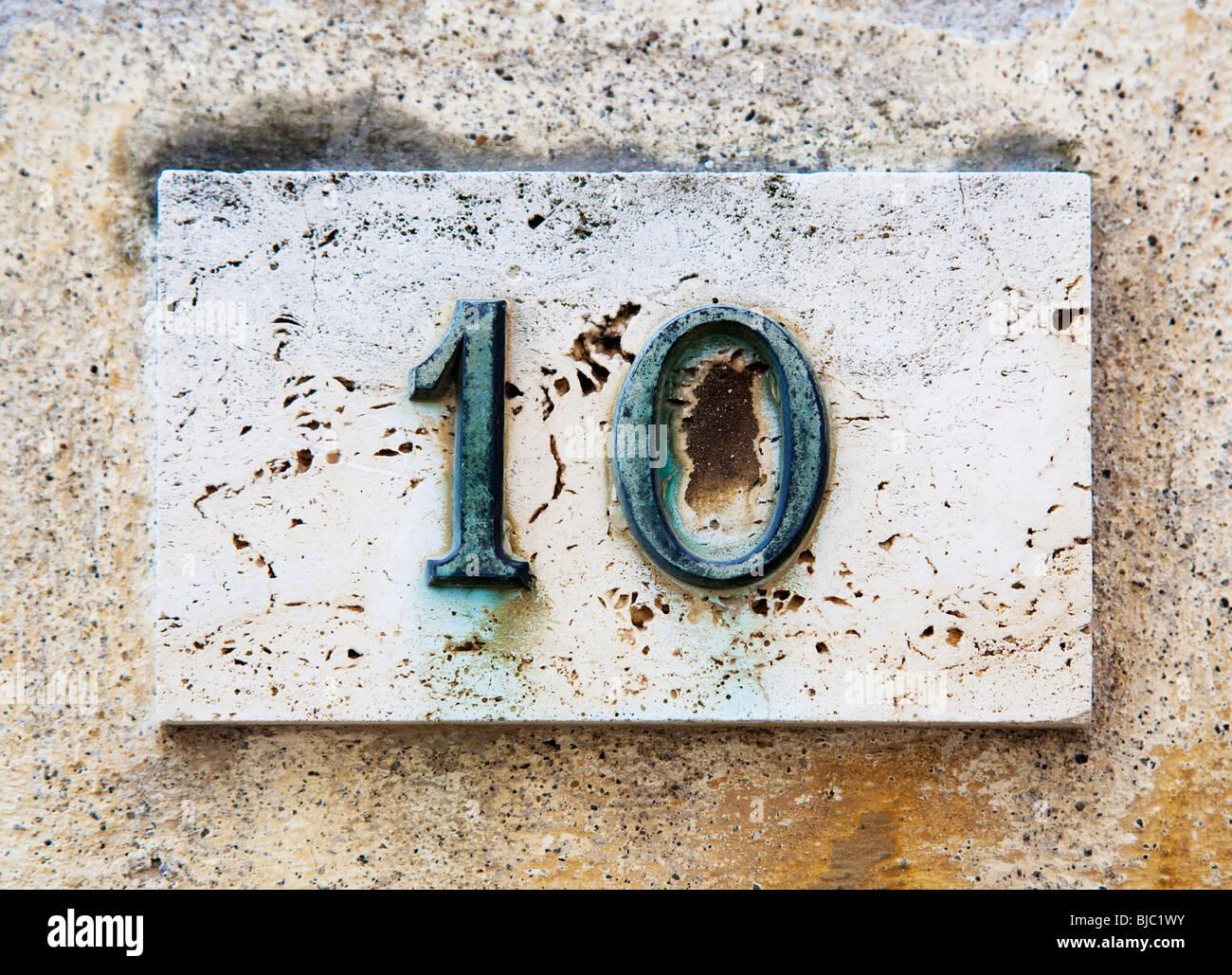 Numero di blocco su una parete spiovente Immagini Stock