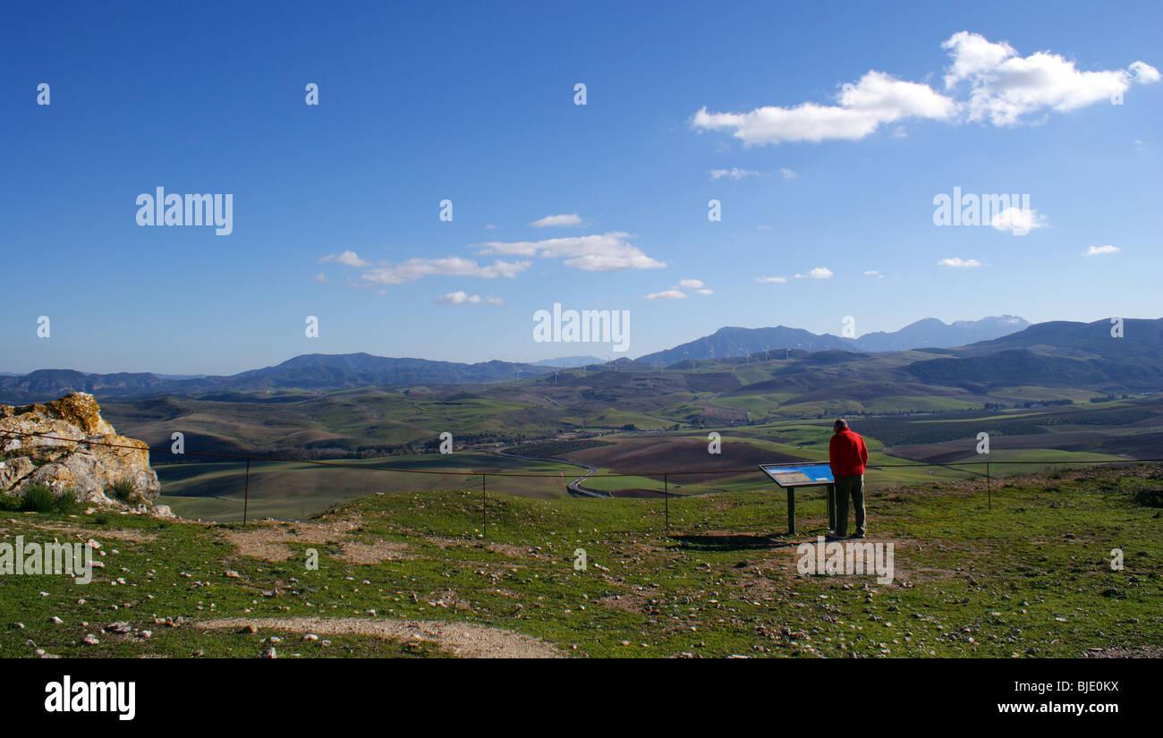 Paesaggio andaluso Teba Spagna. Persona in cerca di informazioni a bordo. Immagini Stock