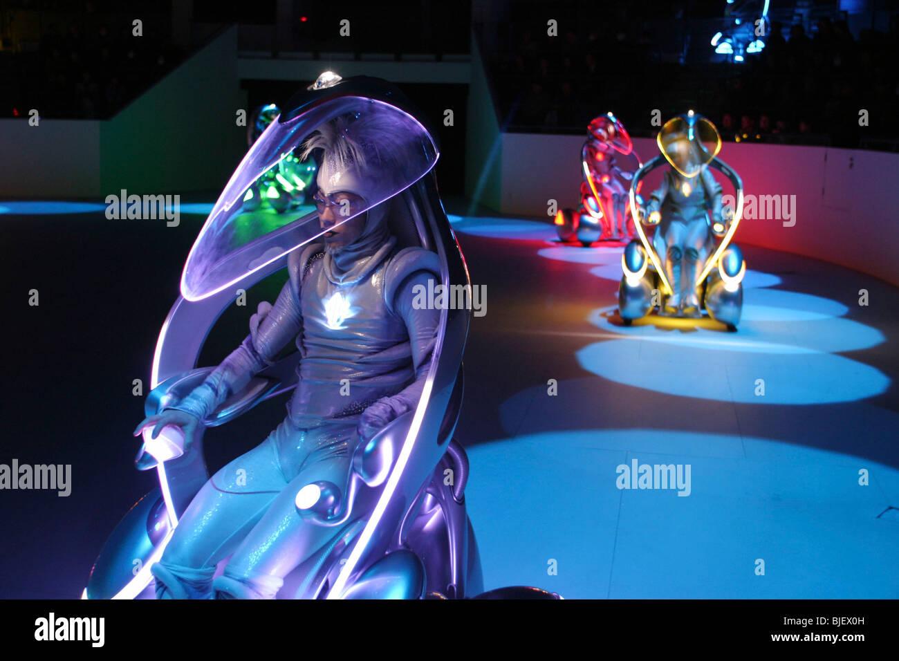 Toyota 'i-unità' concetto di veicoli e ballerini eseguono in una mostra presso il padiglione di Toyota, Immagini Stock