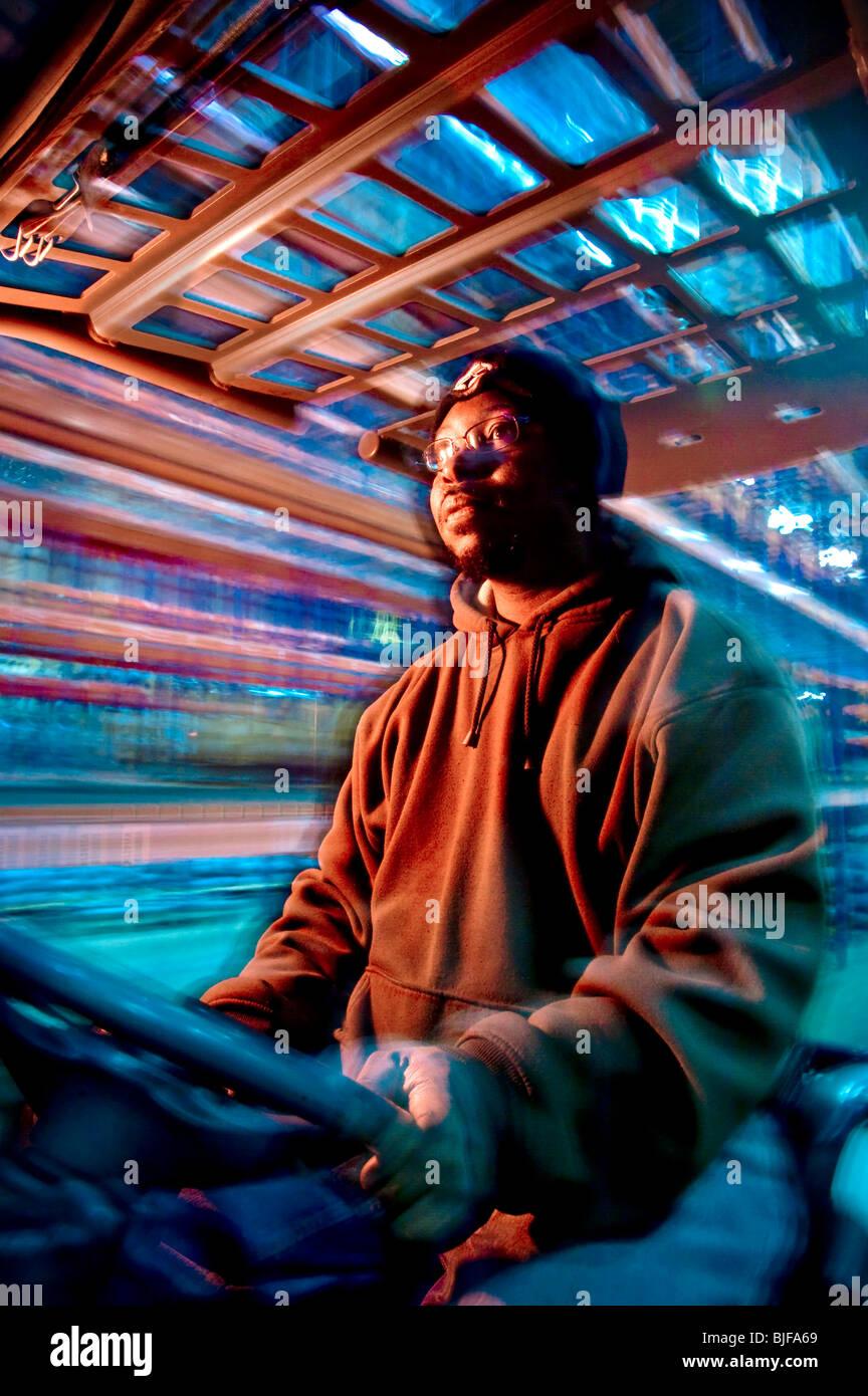 Lavoratore di magazzino sul carrello scatole, Philadelphia, Stati Uniti d'America Foto Stock