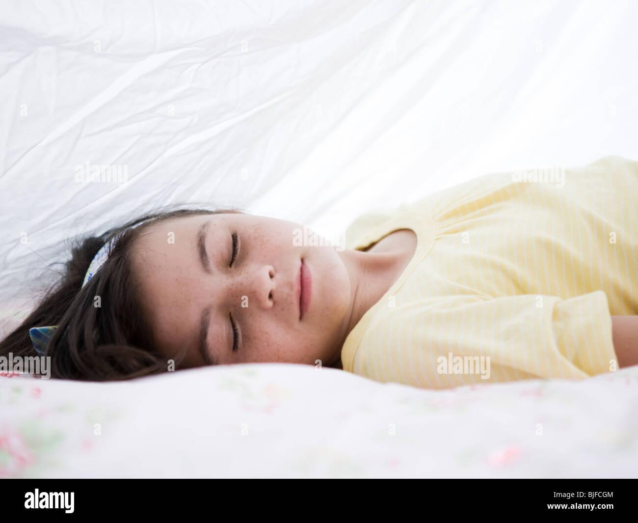 Ragazza sotto una coperta Immagini Stock