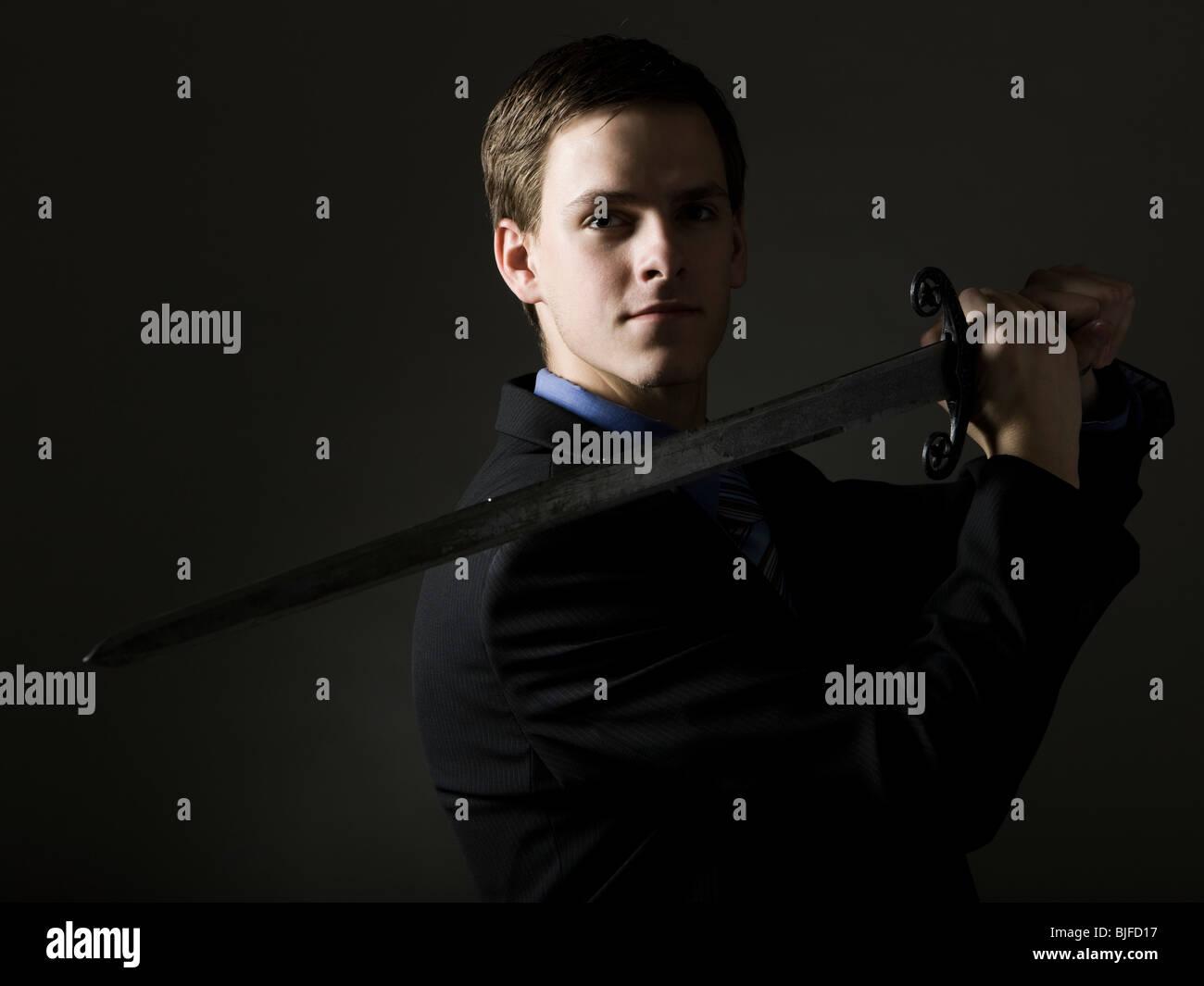 Imprenditore tenendo una spada Immagini Stock