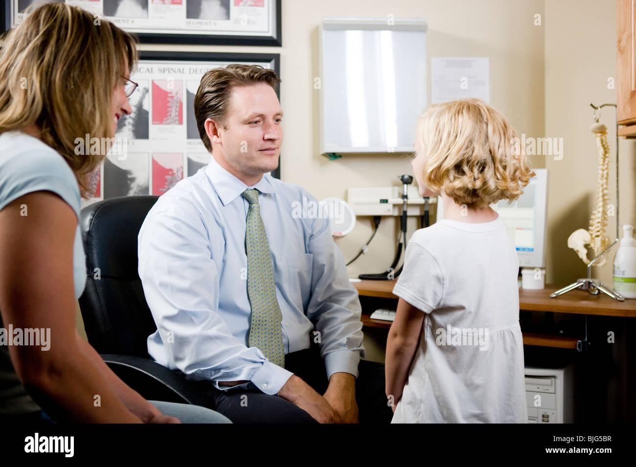 La ragazza e sua madre a chiropratico dell'ufficio Immagini Stock