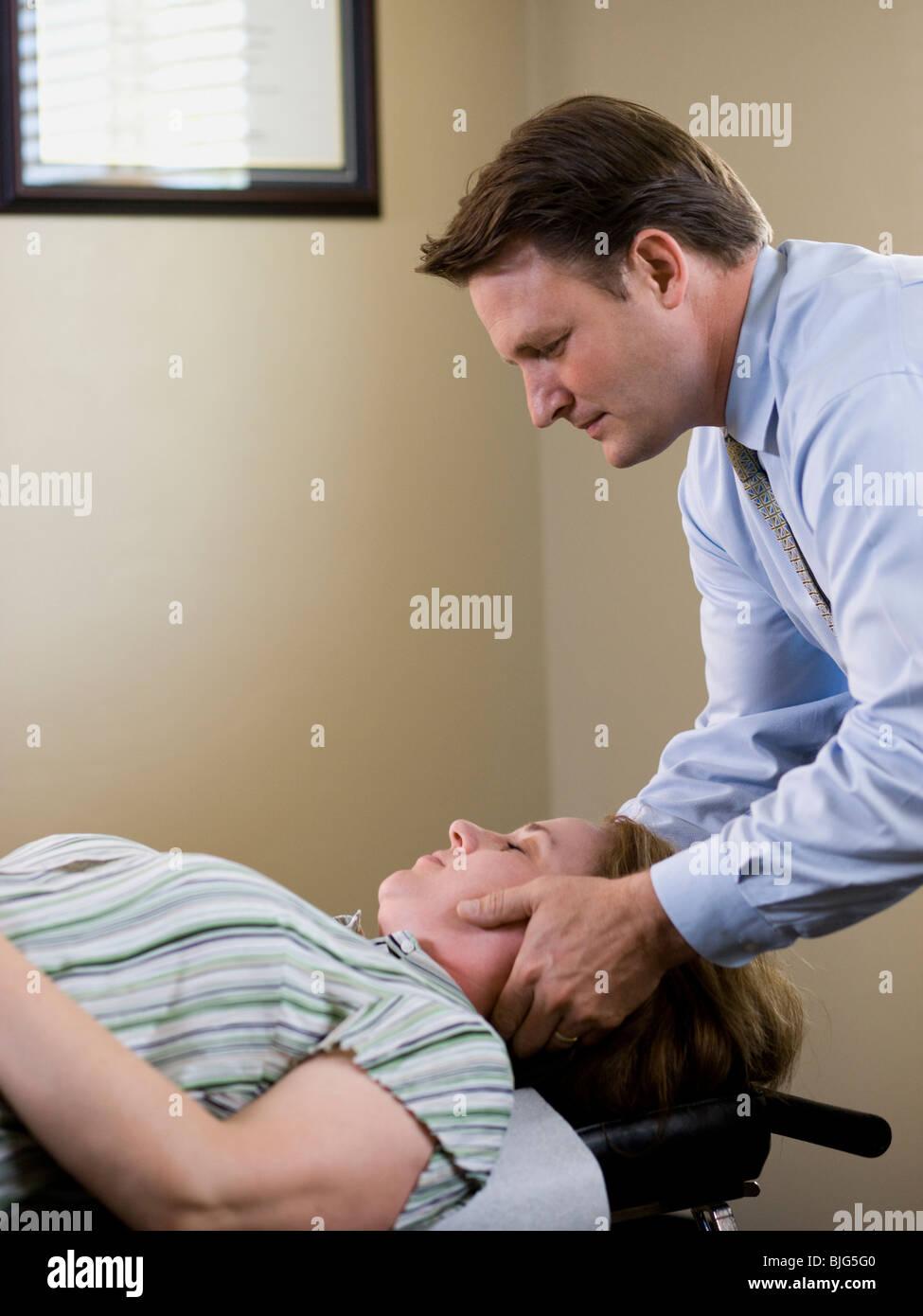 Il trattamento chiropratico di un paziente Immagini Stock