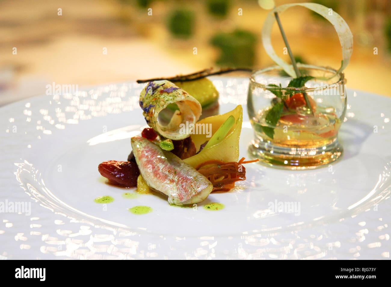 Cucina italiana, filetto di pesce serviti in un piatto decorato per ...