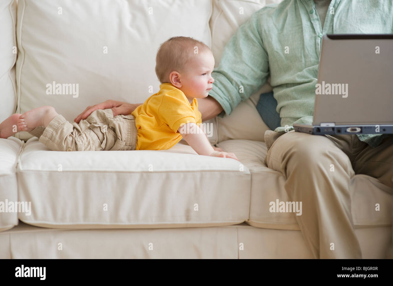 Padre e figlio sul lettino Immagini Stock