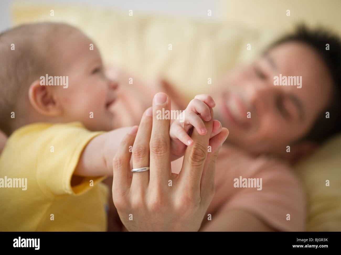 Il padre del bambino e la riproduzione Immagini Stock