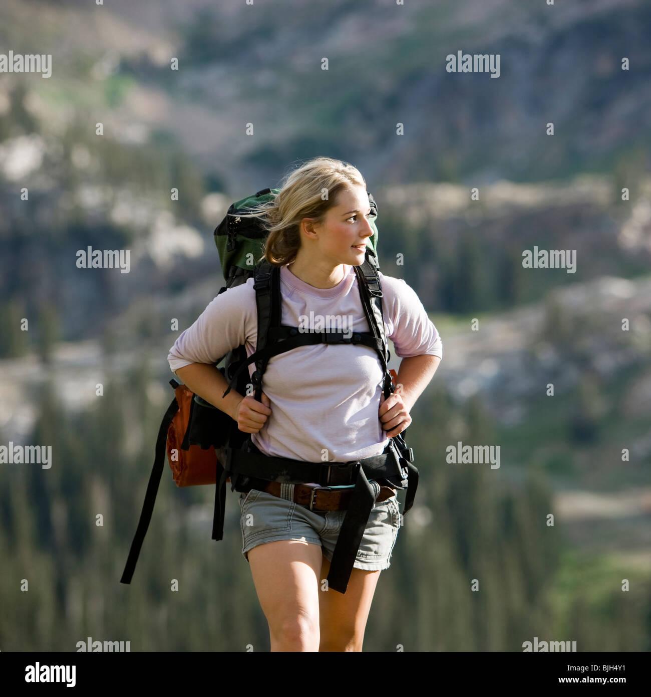 Backpackers escursioni attraverso il deserto Immagini Stock