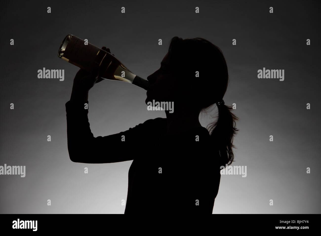 Donna di bere alcolici. Simbolo: abuso di alcool, la dipendenza Immagini Stock
