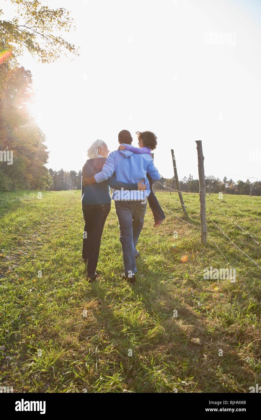 La famiglia che va per una passeggiata Immagini Stock