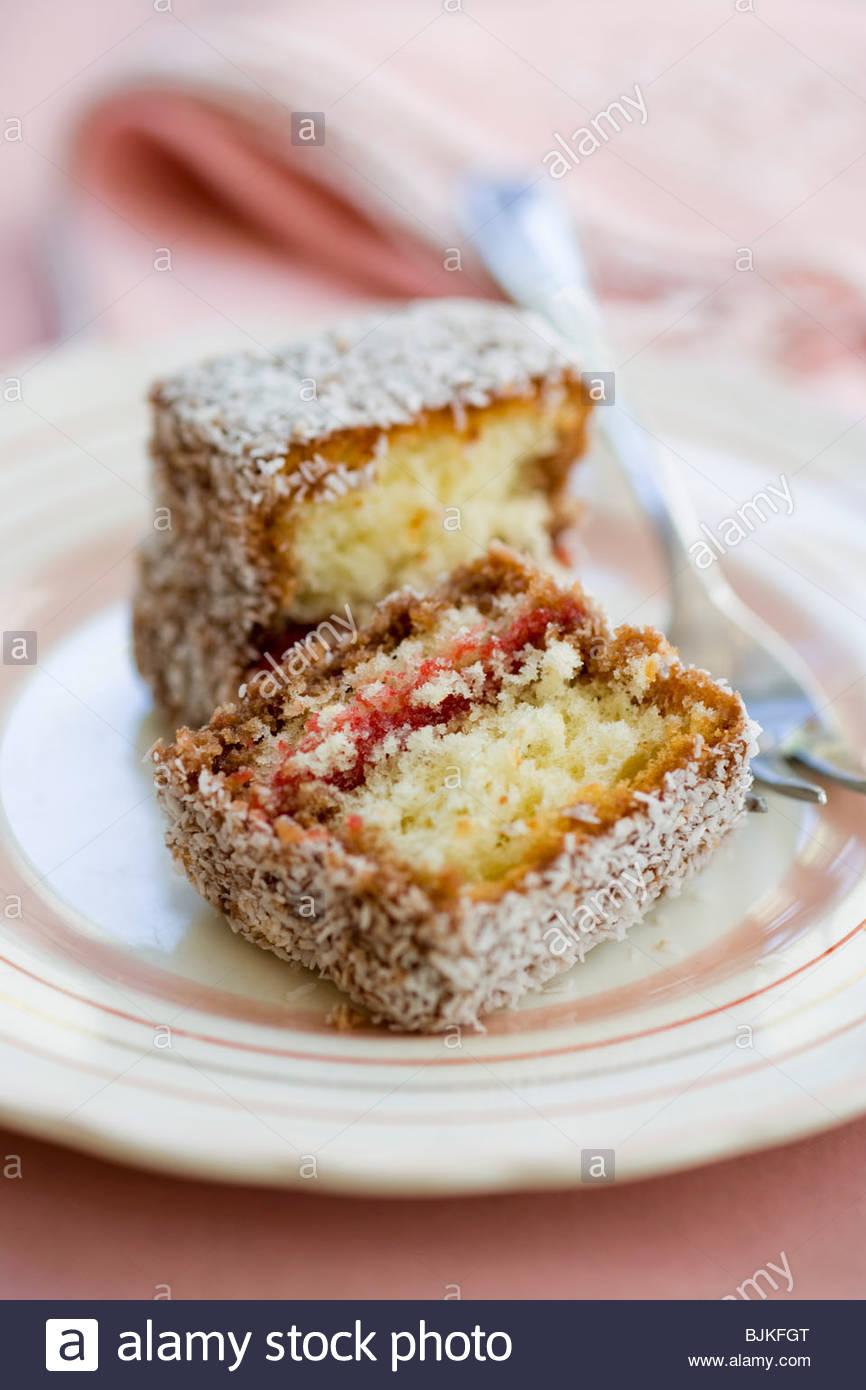 Lamington (piccola torta con noce di cocco-rivestimento, Australia) Immagini Stock