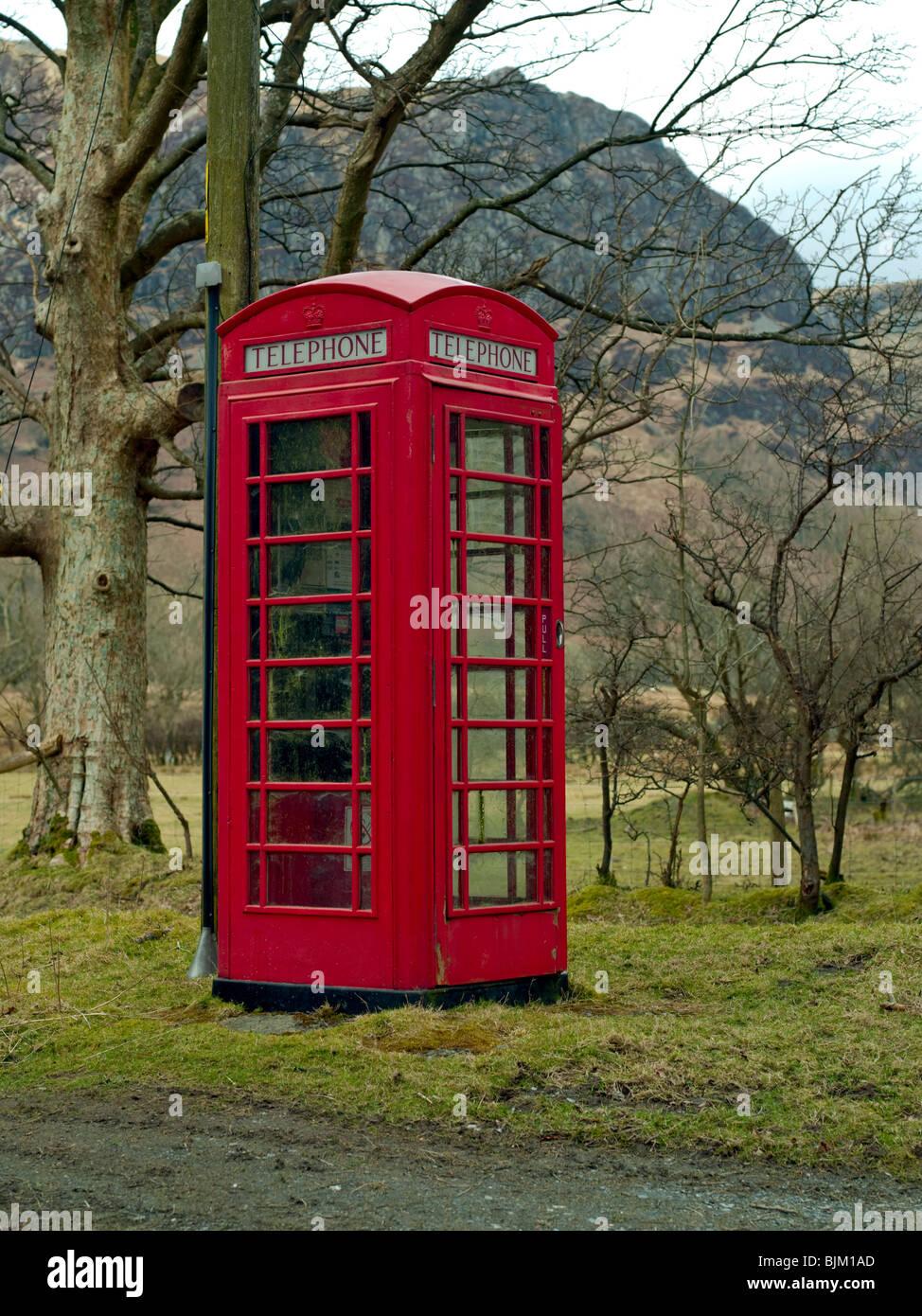 Vecchio Rosso British Telefono Box In Una Zona Remota Con Lo Sfondo