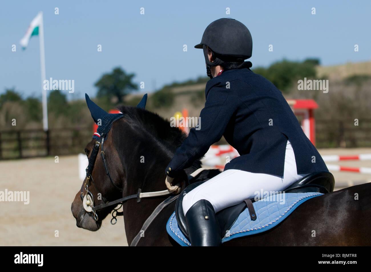 Horse rider guardando lo show jumping corso Immagini Stock