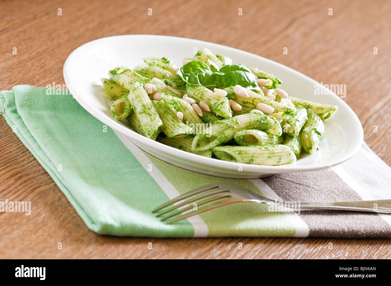 La pasta con la salsa pesto sulla tavola Immagini Stock