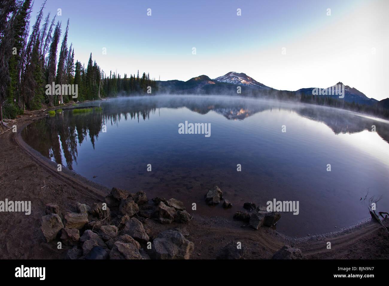 La formazione di scintille lago, OREGON, Stati Uniti d'America - South Sister sul Lago di scintille all'alba. Immagini Stock