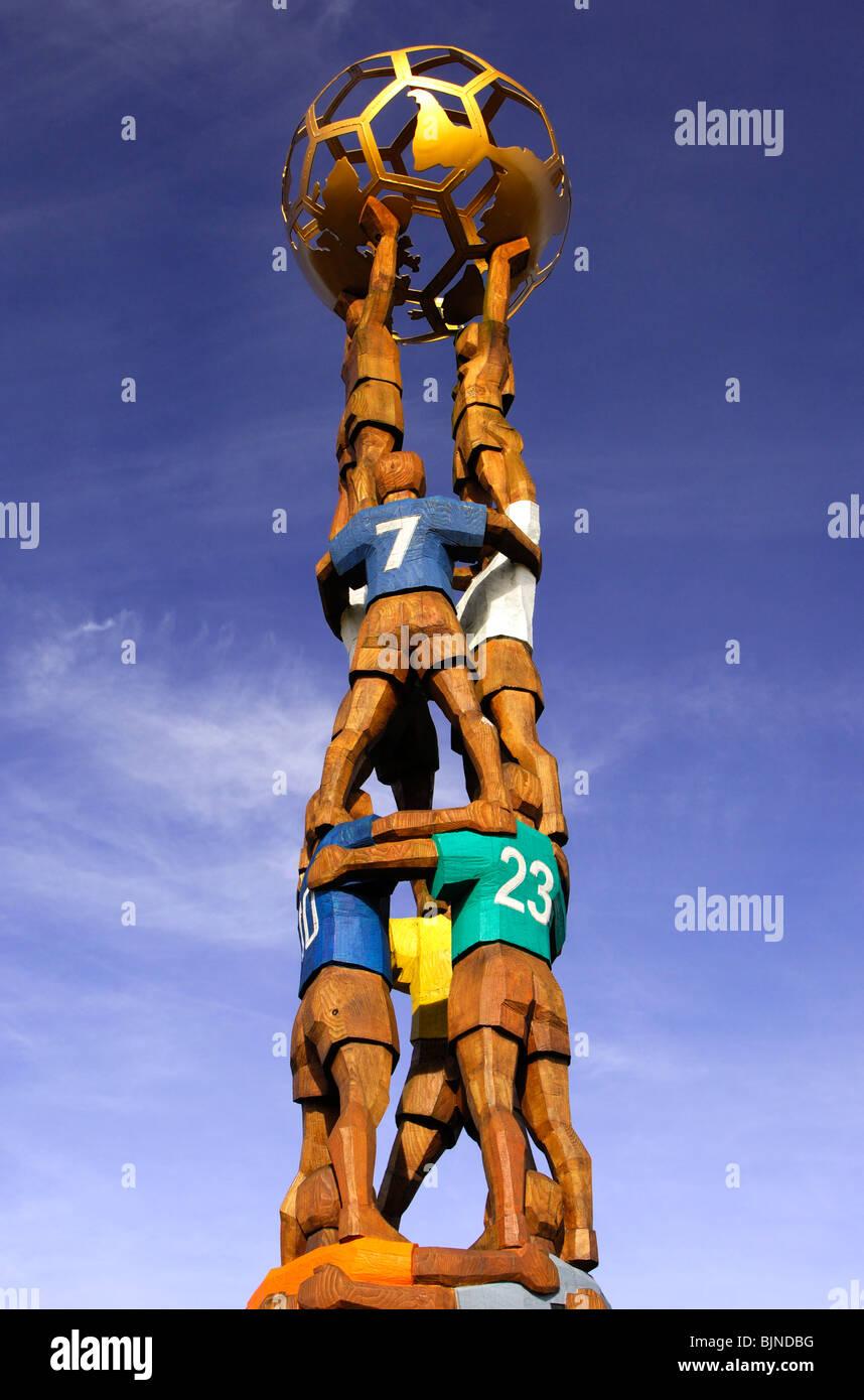 Monumento di calcio come una piramide di giocatori di calcio tenendo un globo a casa della FIFA, Zurigo, Svizzera Immagini Stock