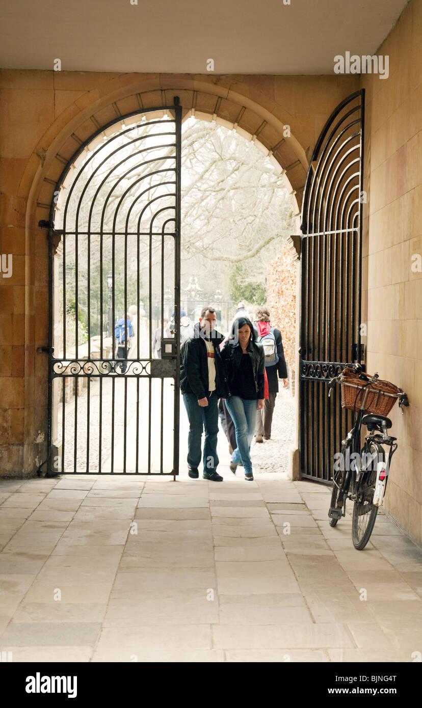 Studenti universitari a piedi; Old Court, Clare College Cambridge University, UK - concetto di ingresso Università di Cambridge Foto Stock