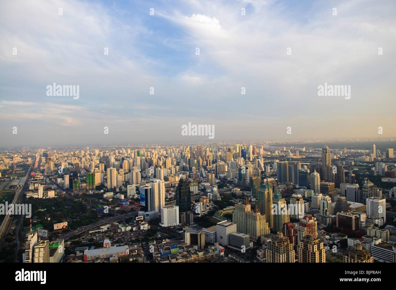 Lo skyline della citta' al tramonto. Bangkok in Thailandia Immagini Stock